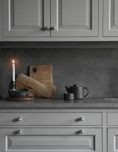 Grått kök med bänkskiva av belgisk kalksten