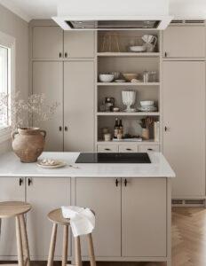 Platsbyggt kök med takintegrerad fläkt och öppen förvaring