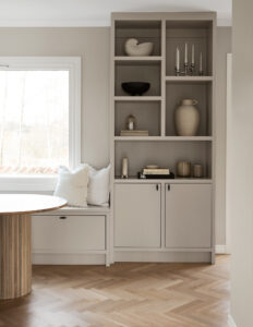 Platsbyggd bokhylla som en naturlig del av köket